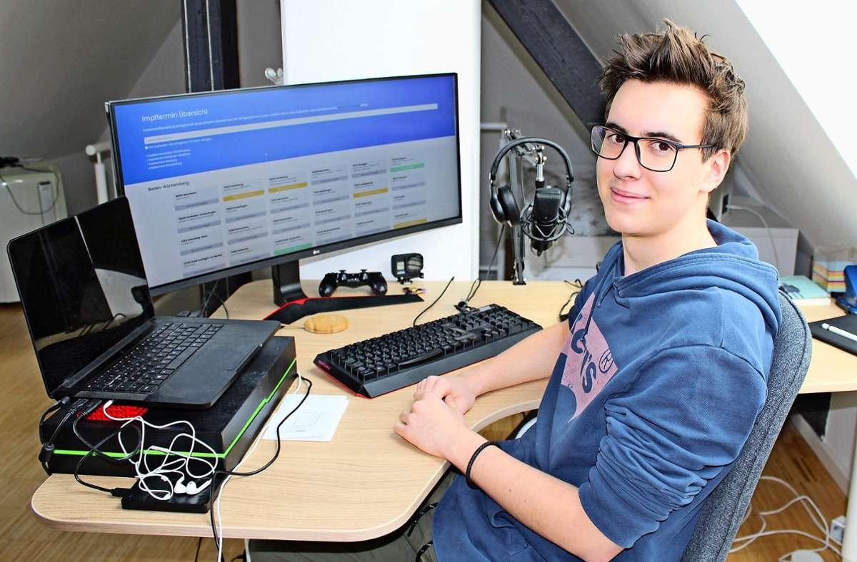 Der 17-jährige Schüler Julian Ambrozy aus Ostfildern hat alleine die Homepage www.impfterminübersicht.de programmiert Foto: Caroline Holowiecki