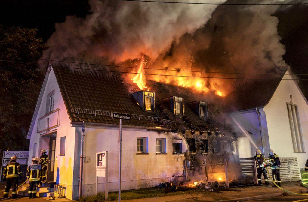 Das Feuer zerstörte den gesamten Dachstuhl des Gebäudes. Foto: 7aktuell/Simon Adomat