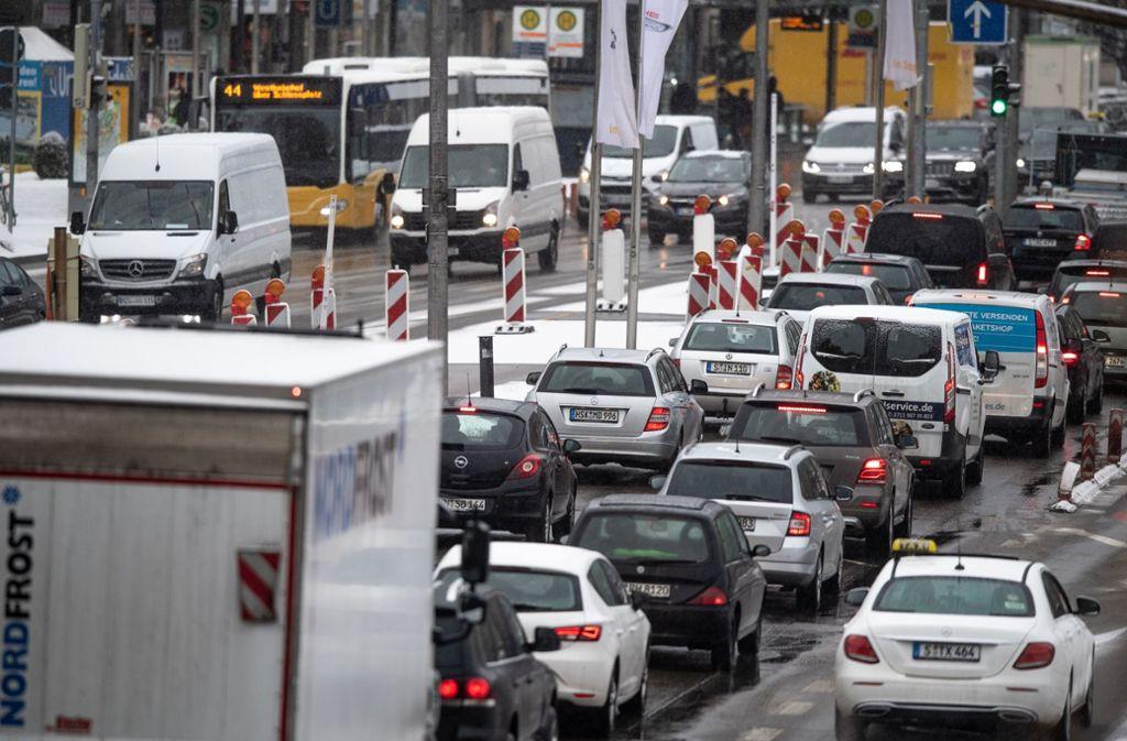 Stuttgart ist ein reiches Land – mit Verkehrsproblemen. Stauszene in Stuttgart. Foto: dpa