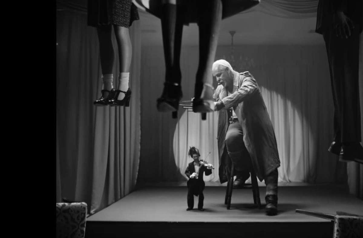 Till Lindemann lässt die Puppe David Garrett tanzen.Foto: Screenshot youtube Foto: