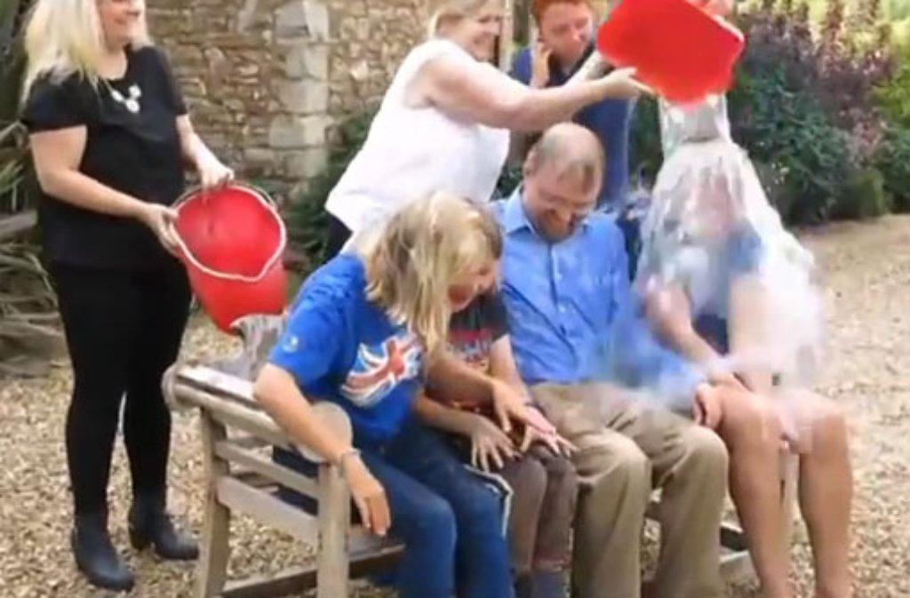Stephen Hawkings Kinder übernahmen die Ice Bucket Challenge für den an ALS erkrankten Physiker. Foto: Youtube-Kanal ALS Ice Bucket Challenge