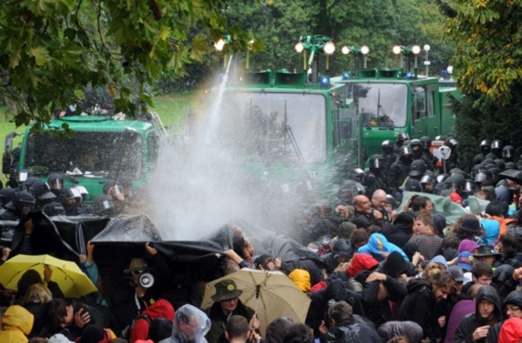 Am 30. September 2010 - dem sogenannten schwarzen Donnerstag kommen Wasserwerfer im Schlossgarten in Stuttgart zum Einsatz. Foto: dpa