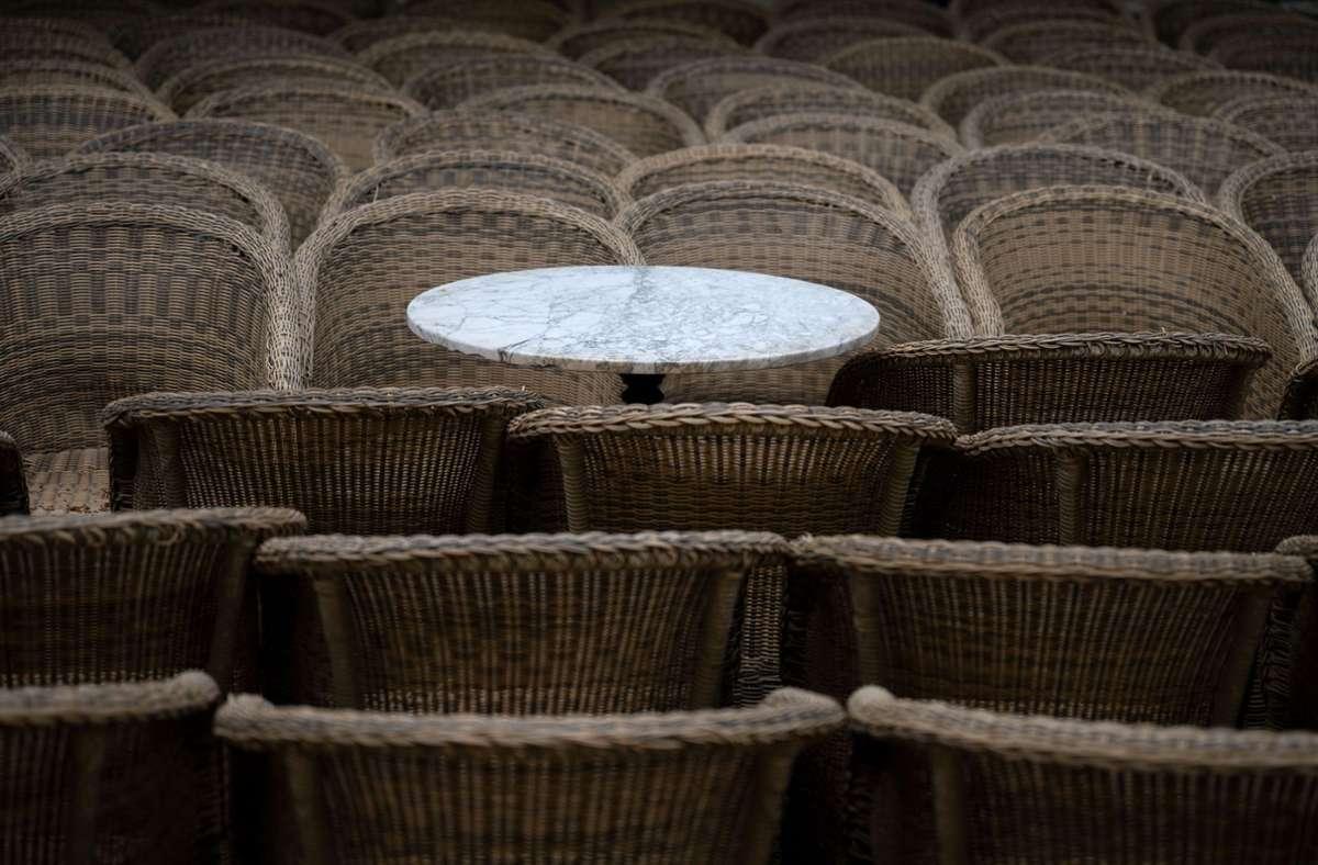 Leere Stühle: Der Lockdown durch die Corona-Pandemie brachte Kleinbetriebe in eine existenzbedrohte Lage. Foto: dpa/Marijan Murat