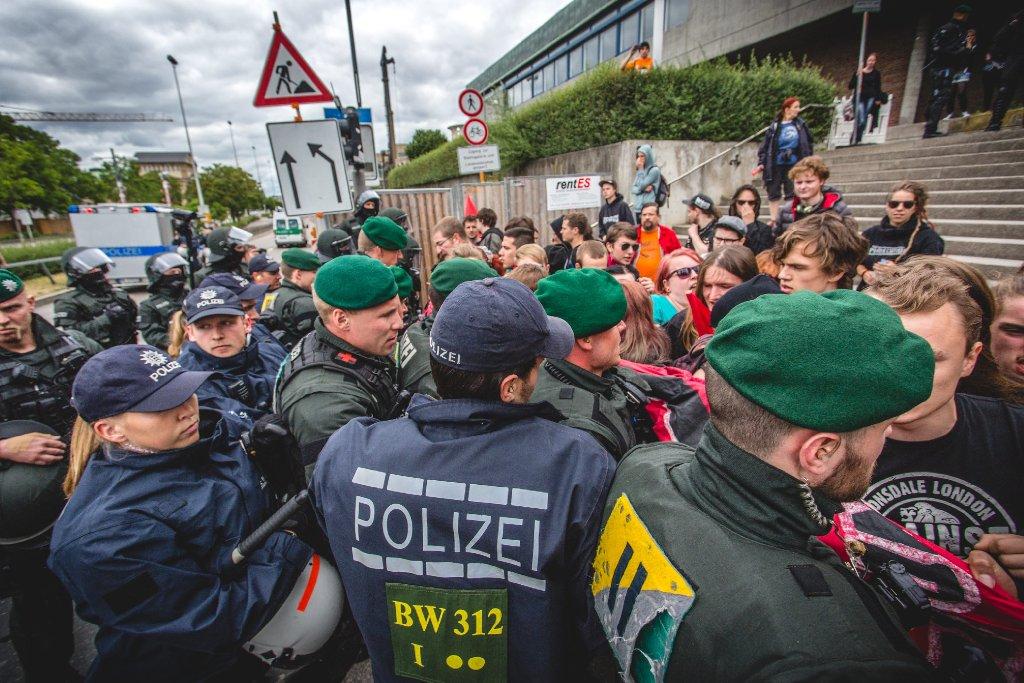 Am Rande der Demo für alle gegen den grün-roten Bildungsplan ist es in Stuttgart zu Rangeleien gekommen. Alles in allem verliefen die Demonstration und die Gegendemonstration allerdings recht friedlich. Foto: www.7aktuell.de   Robert Dyhringer