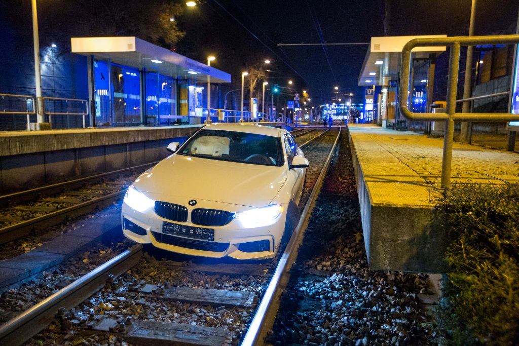Bei einem spektakulären Autounfall am Freitagabend im Stuttgarter Osten, ist ein 21-Jähriger mit seinem BMW im Gleisbett der Stadtbahn gelandet. Foto: www.7aktuell.de | Simon Adomat
