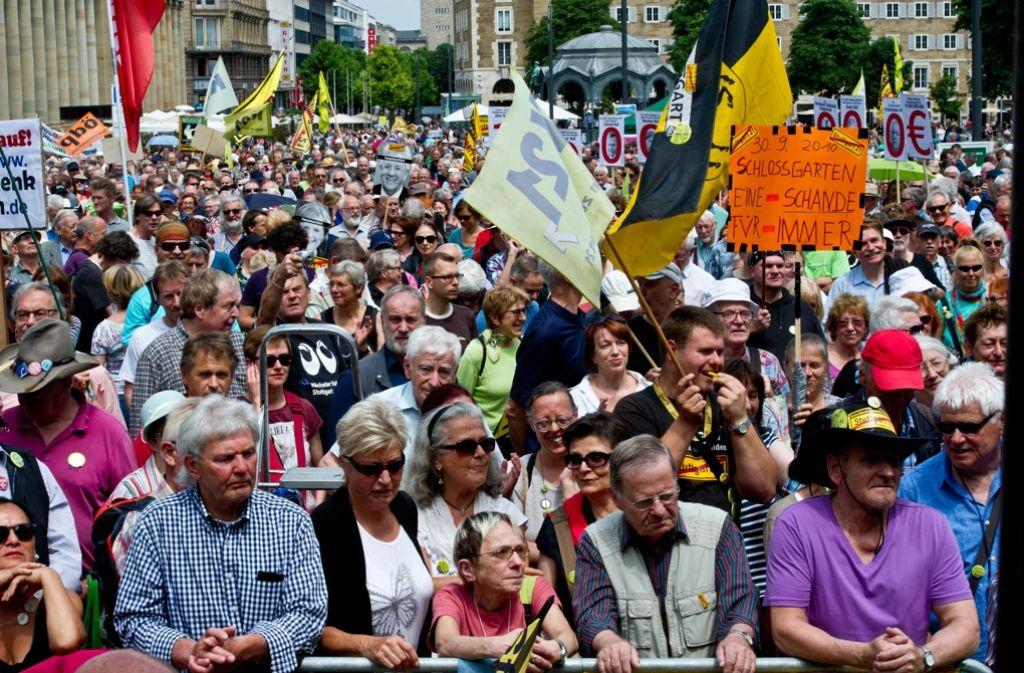 Mehrere Tausend Menschen haben am Samstag auf dem Schlossplatz gegen Stuttgart 21 demonstriert. Foto: Lichtgut/Volker Hoschek