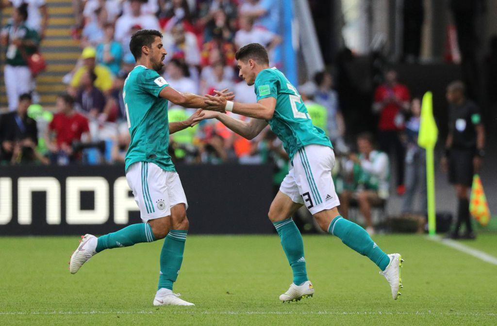 Mario Gomez (rechts) vom VfB Stuttgart und Sami Khedira spielen im DFB-Team vorerst keine Rolle mehr. Foto: dpa