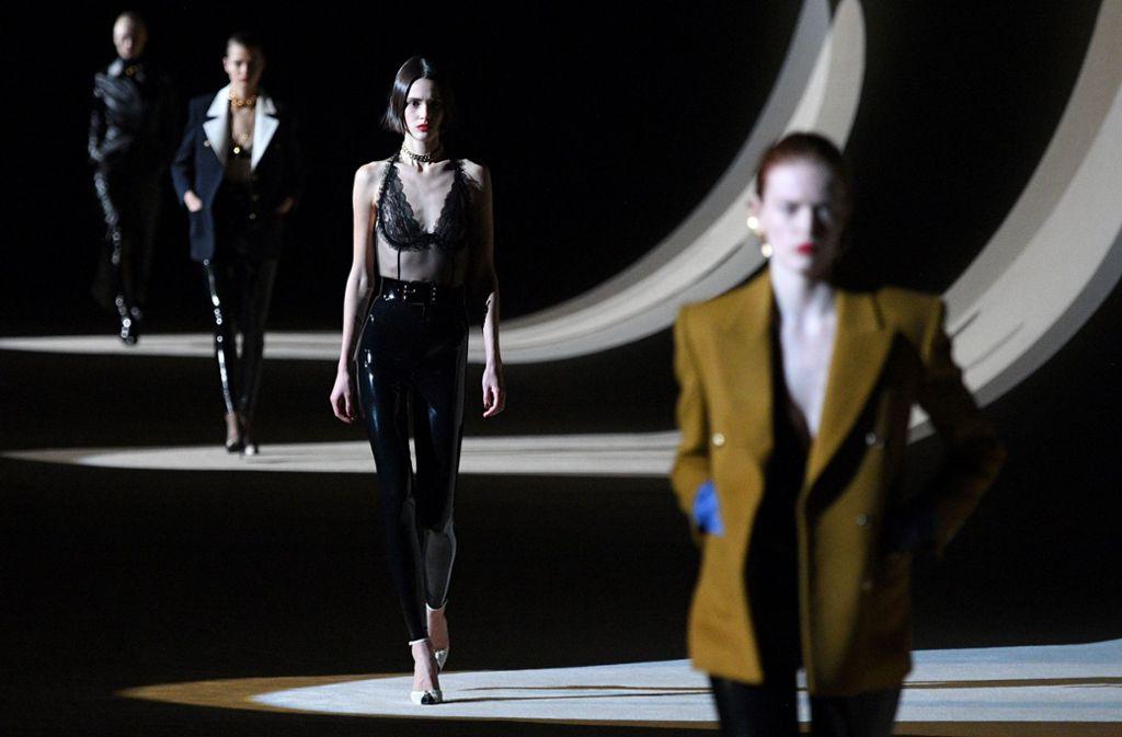 Models präsentieren im Februar in Paris Entwürfe von  Yves Saint Laurent. Foto: AFP/Anne-Christine Poujoulat