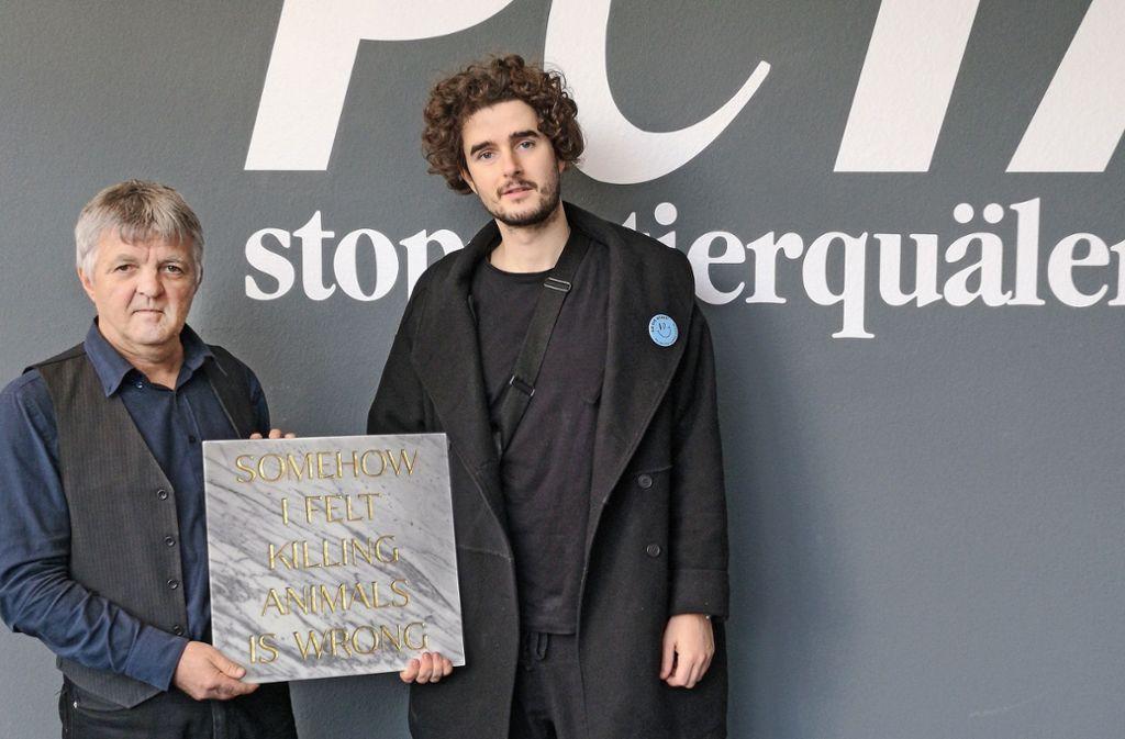 Der vegan lebende Künstler Tim Bengel (rechts)  hat dem Peta-Chef Harald  Ullmann eine Grabstein seiner Berliner Installation zum 25.  Geburtstag der Tierschutzorganisation geschenkt. Foto: StN