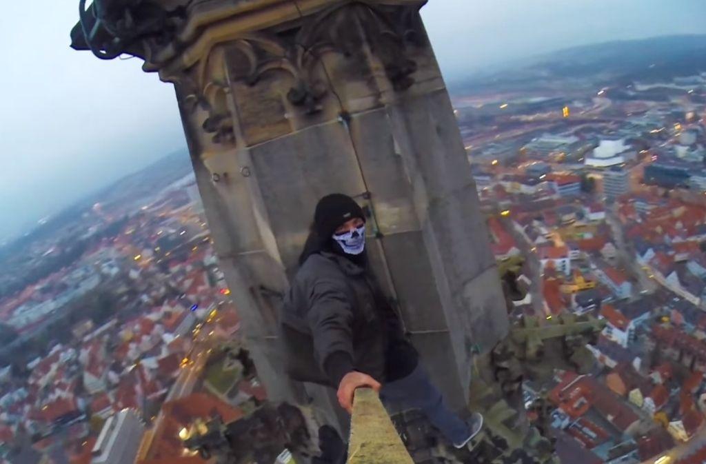 """Lebensgefährliches Panorama über Ulm: Der Kletterer filmt sich selbst auf der Spitze des Ulmer Münsters. Foto: Screenshot """"Grave Yard Kidz"""""""