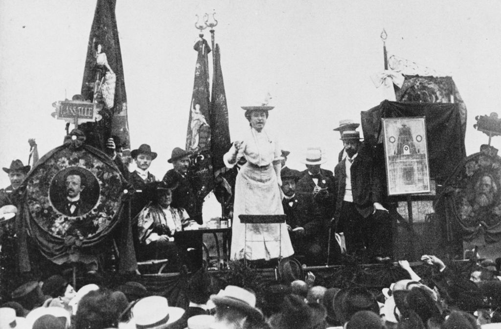 Galionsfigur der ersten deutschen Kommunisten: Rosa Luxemburg (1871 bis 1919) spricht zu ihren Genossen. Foto: epd
