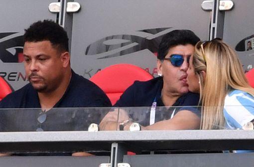 Maradona knutscht, während Argentinien verliert