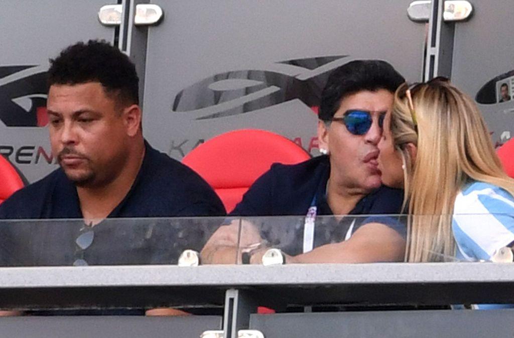 Wenn es auf dem Platz nicht läuft, muss man sich eben eine andere Beschäftigung suchen. Diego Maradona (Mitte) entscheidet sich fürs Küssen. Foto: Getty Images Europe