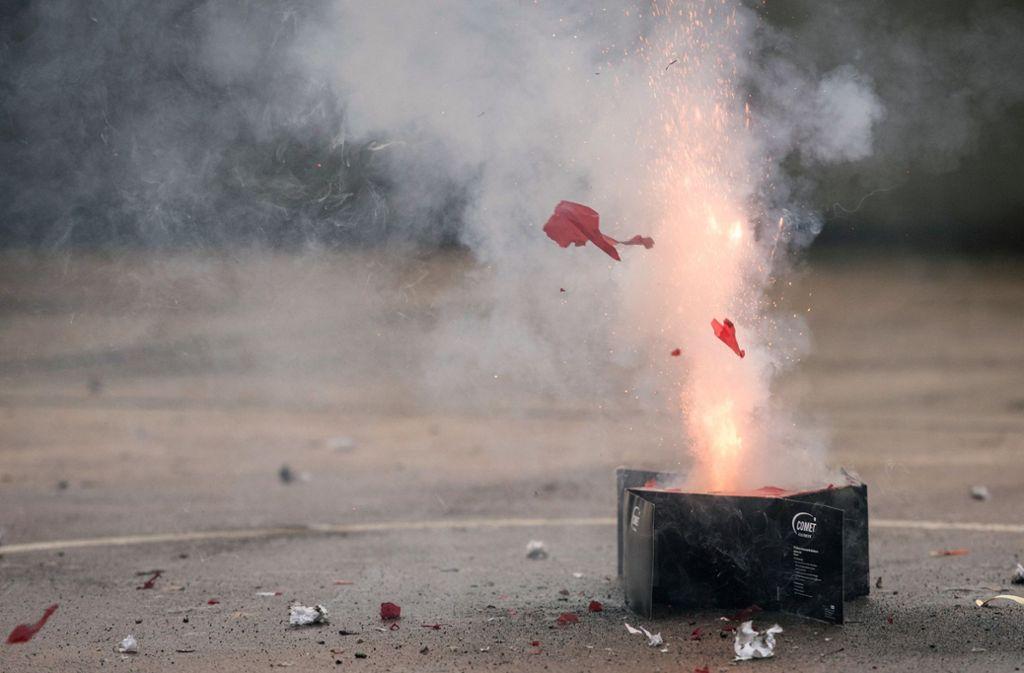 Ein Unbekannter zündete eine Feuerwerksbatterie und zerschlug so ein Glasvordach. (Symbolbild) Foto: dpa/Paul Zinken