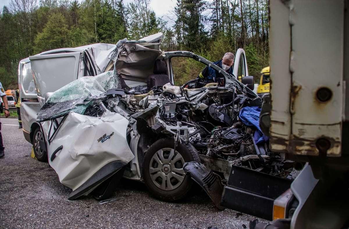 Nahezu ungebremst ist der Fahrer dieses Transporters auf den stehen Lkw gekracht. Foto: SDMG/SDMG / Dettenmeyer