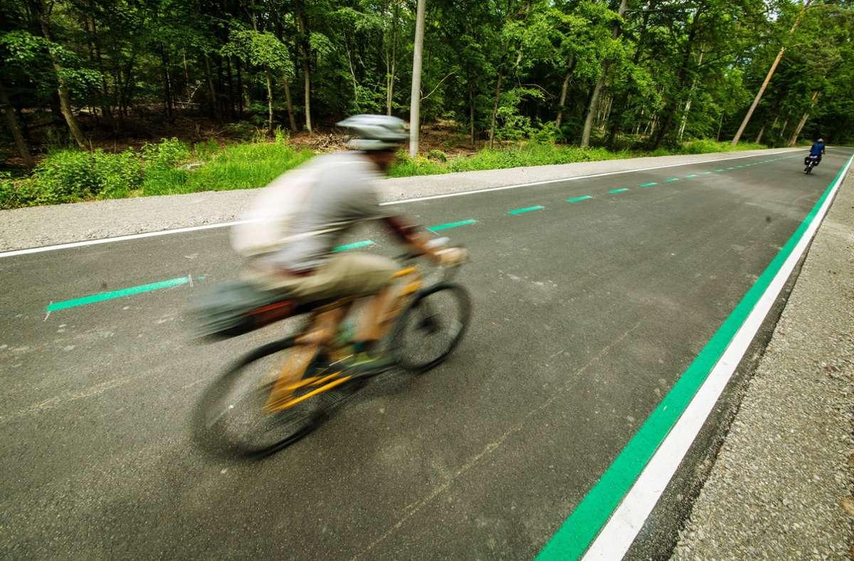 Der umstrittene Radler-Highway zwischen Stuttgart und Fellbach soll als Provisorium schon im Sommer angelegt werden. Das fordert der BUND Stuttgart. Foto: dpa/Christoph Schmidt