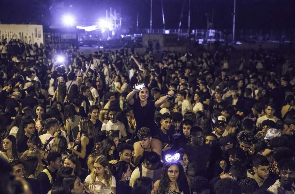 Partygäste des Stadtfest La Merce feiern am Strand von Bogatell. Foto: dpa/Thiago Prudencio