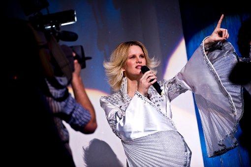 Monica Ivancan mit Babybauch auf der Bühne