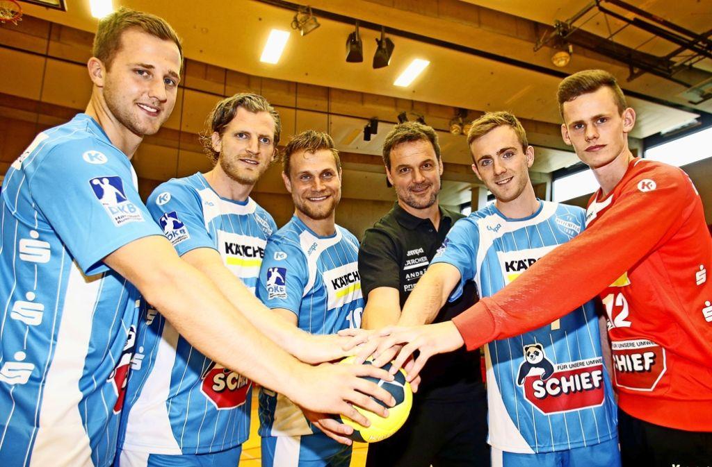 TVB-Trainer Markus Baur (Dritter von rechts) und seine Neuzugänge. Foto: Baumann