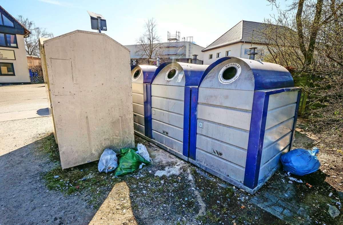 Altglas-Container als Müllhalde: Diesen unschönen Anblick, wie hier in der Bruckenbachstraße, soll es künftig nicht mehr geben. Foto: factum/Simon Granville