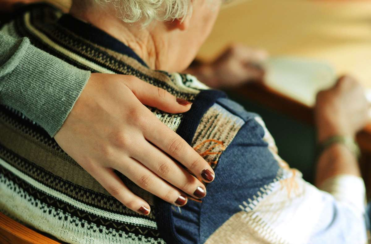 Insbesondere ältere, pflegebedürftige Menschen leiden unter den Kontaktbeschränkungen, die ihnen in der Corona-Zeit auferlegt werden. Foto: dpa/Marijan Murat