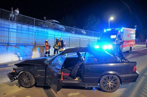 Auto prallt gegen Mauer