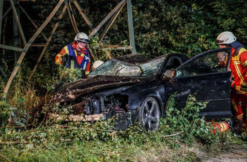 Schwer verletzt  – Autofahrer prallt gegen Strommasten