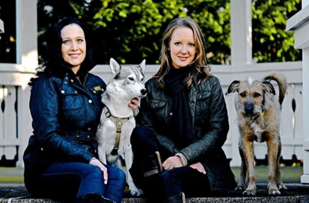 Tierfreundinnen: Maria Wruck (links) und Davina Platz mit der schüchternen Husky-Hündin Emily und  dem struppigen Mischling Platon Foto: StZ