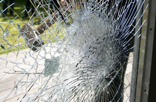 Fenster zerstört und Brand gelegt – Polizei sucht Randalierer