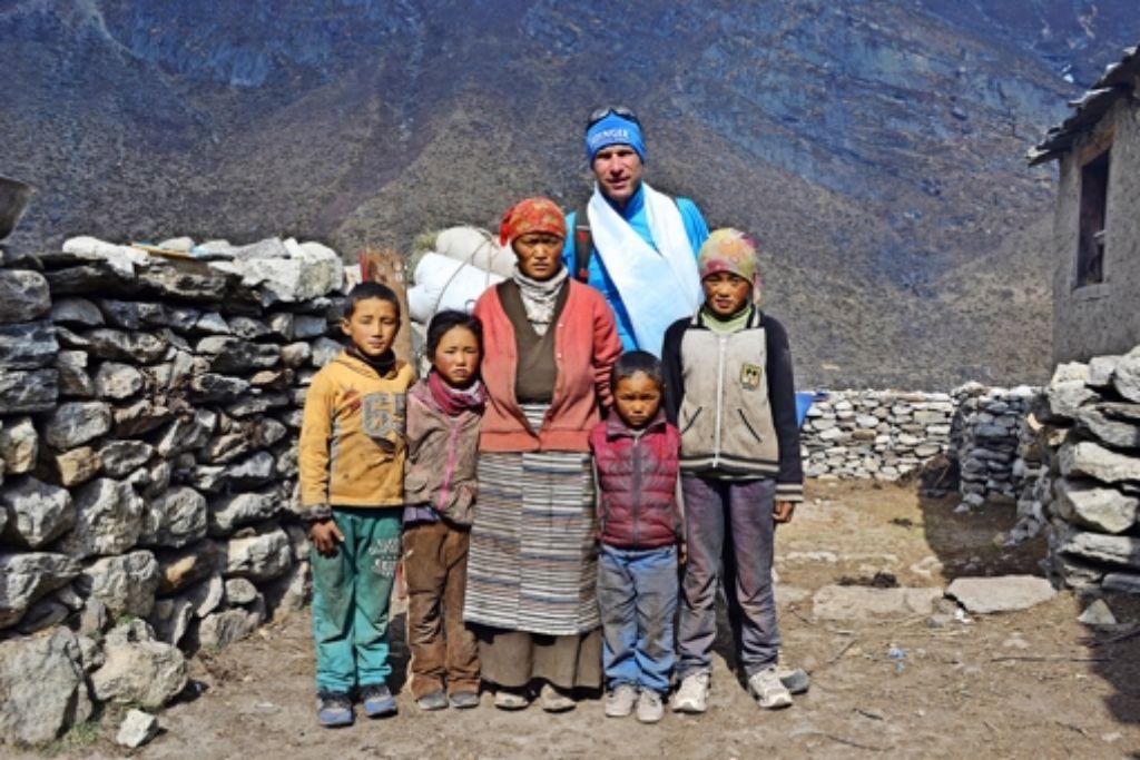 Matthias Baumann mit der Frau und den Kindern eines getöteten Foto: StZ