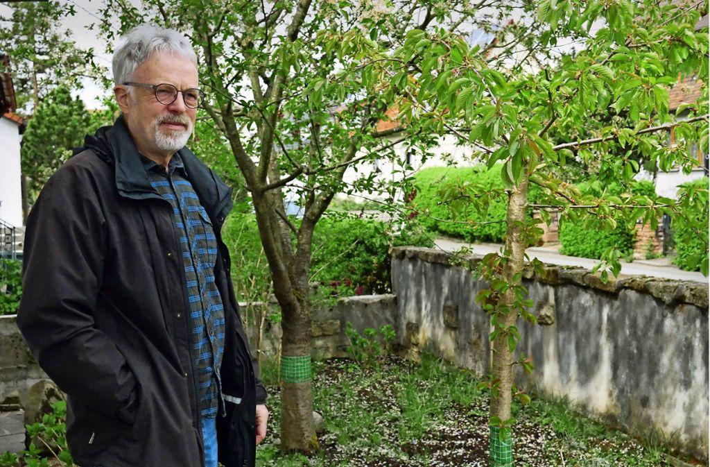 In seinem Garten hat Klaus-D. Jaensch Kirschbäume und Wildblumen. Er setzt sich dafür ein, dass auch im Straßenraum mehr Blumen und Gemüse statt nur Gras wächst. Foto: Eileen Breuer