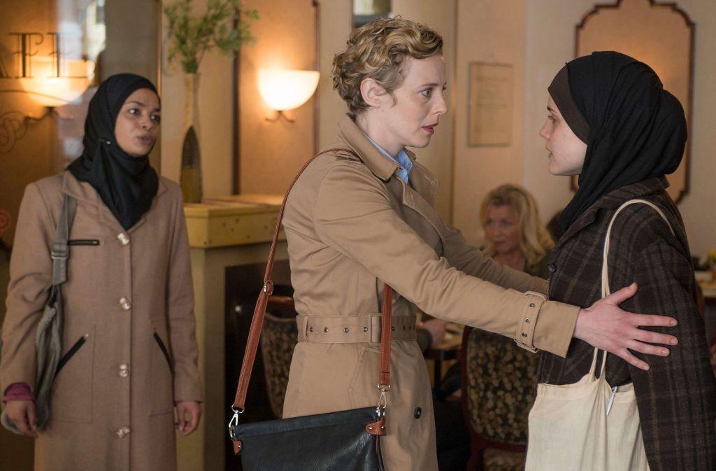 Sabine Heidhäuser (Patricia Ziolkowski) bittet ihre Tochter Julia (Mala Emde) zur Vernunft zu kommen. Amina (Sithembile Menck), Julias Freundin, schaut skeptisch.  Foto: NDR