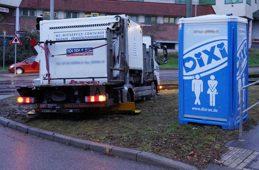 Pech für einen Lastwagen-Fahrer: Er bleibt in Neugereut im Schlamm stecken. Foto: Andreas Rosar Fotoagentur-Stuttg