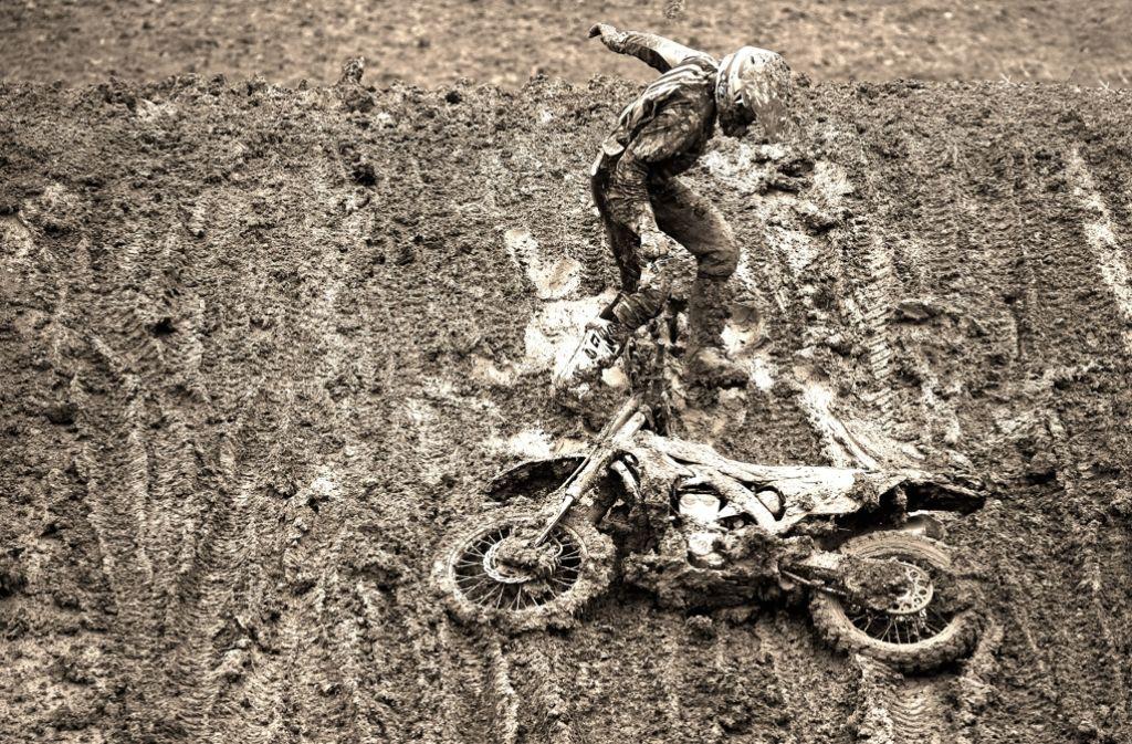 Für die Fahrer ein Knochenjob, für Fotografen eine spannende Spielwiese: Moto-Cross bei Regen Foto: Baumann