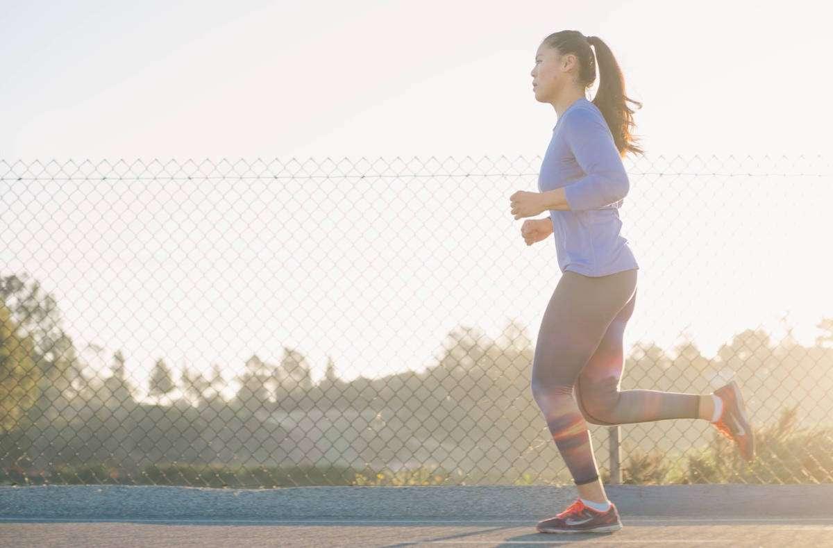 Ob bei Regen oder Sonnenschein – laufen macht uns fit und den Kopf frei. Wir haben die besten Laufstrecken rund um Stuttgart für euch zusammengefasst. Foto: Unsplash/ Andrew Tanglao