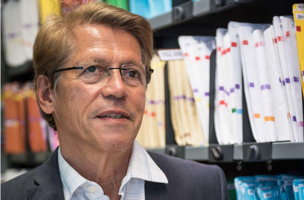 Rolf Gaßmann ist gut gewappnet mit Zahlenmaterial zum Wohnungsmarkt in Stuttgart – und er redet Klartext. Foto: Lichtgut/Max Kovalenko