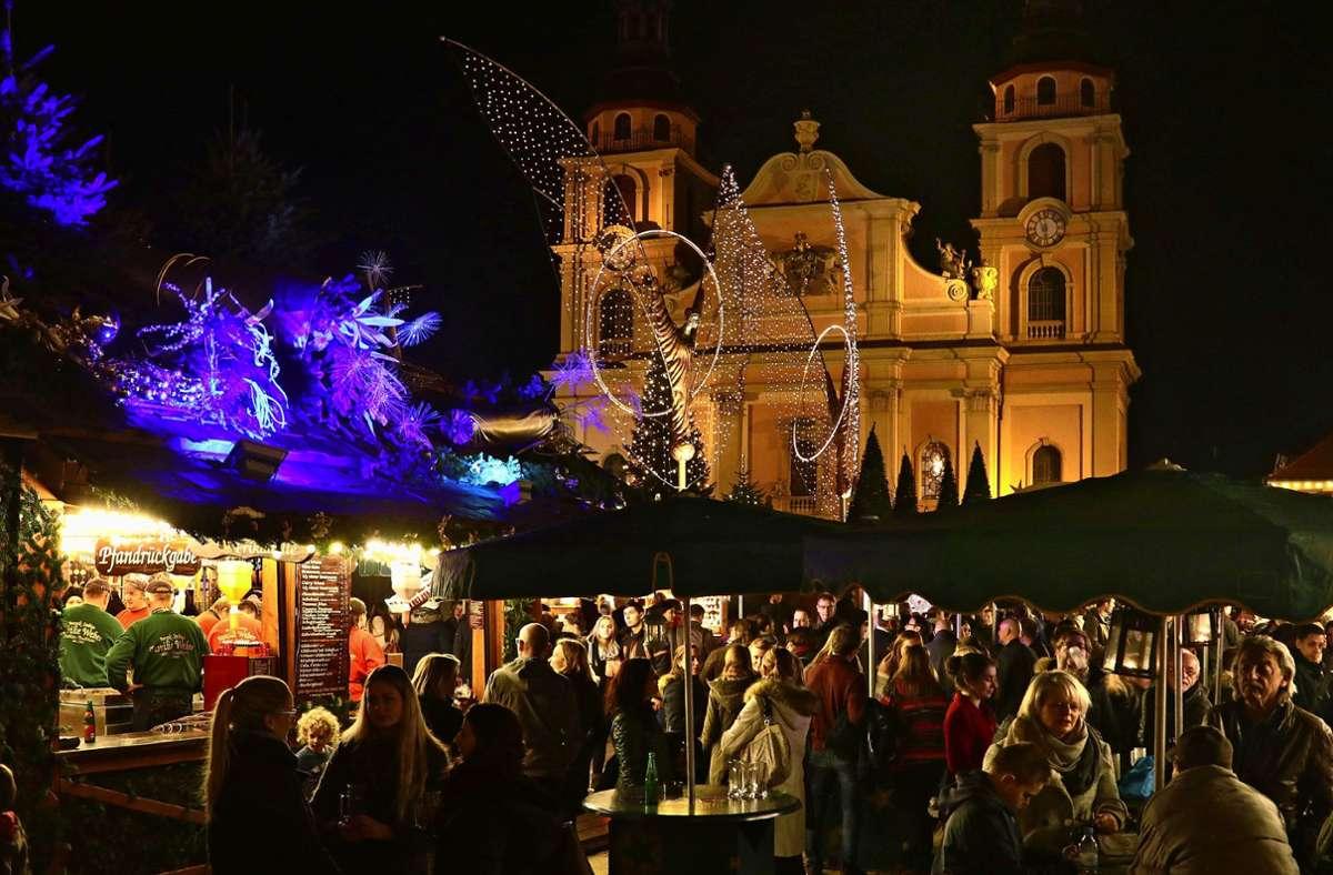 Der Ludwigsburger Marktplatz soll auch in diesem Jahr  für den Weihnachtsmarkt  reserviert sein, aber so groß wie in den Vorjahren darf das Gedränge wegen der Hygieneauflagen  nicht werden. Foto:factum/Simon Granville Foto: