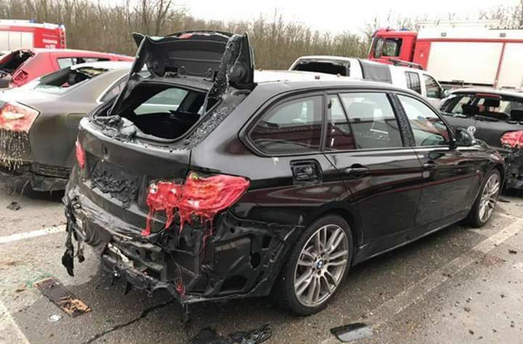 Durch Hitze beschädigte Fahrzeuge am angrenzenden Parkplatz nach einer Explosion in der Gasstation in Baumgarten in der Gemeinde Weiden a.d. March (Bezirk Gänserndorf) in Niederösterreich. Foto: APA