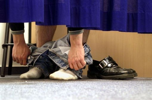 Dieb verlässt Umkleide mit mehreren Kleidungsschichten