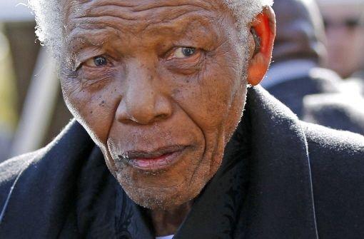 Nelson Mandela wird künstlich beatmet