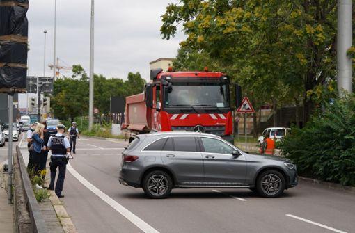 Lastwagen stößt mit Auto zusammen