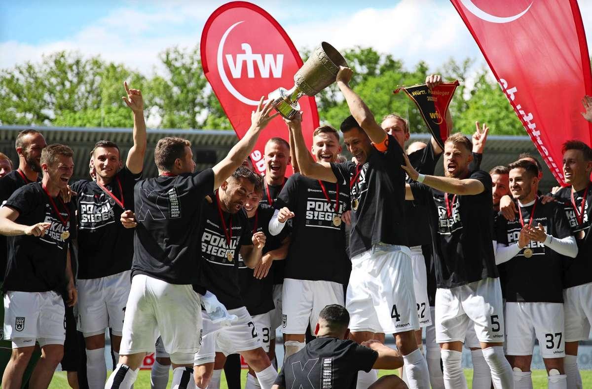 Titelhattrick: der Rekordsieger SSV Ulm 1846 hatte Ende Mai mit einem 3:0 gegen die TSG Balingen  seinen vierten Pokaltriumph in Folge gefeiert und bringt es nun auf elf Einträge in der Siegerliste des württembergischen Verbandspokal-Wettbewerbs. Foto: Pressefoto Rudel/Robin Rudel