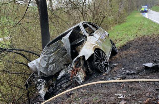 Autofahrer kracht gegen Baum und stirbt