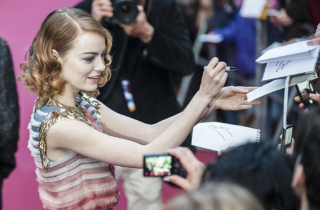 Emma Stone war als Fotomotiv bei den Fans in Berlin heiß begehrt. Foto: dpa