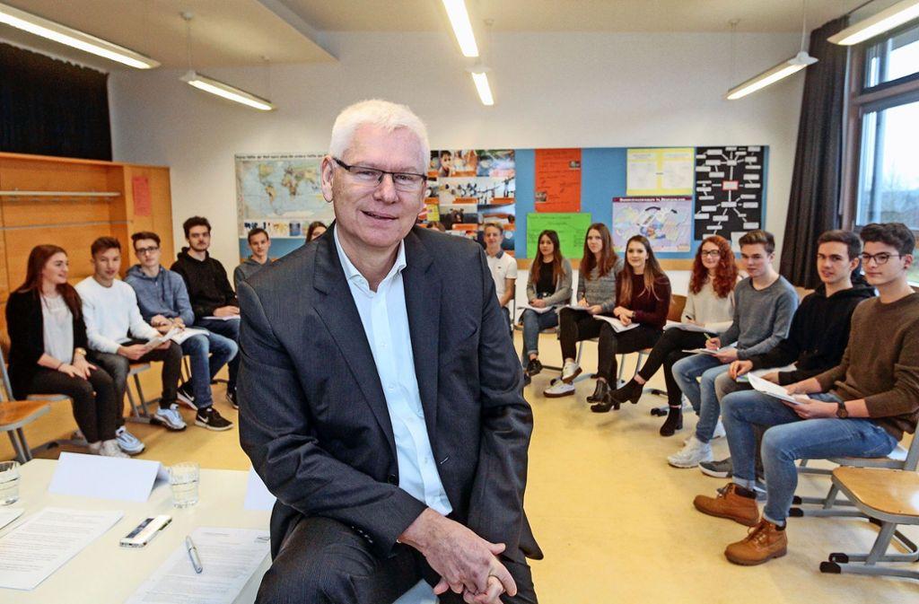 Versicherungschef Frank Karsten spricht ganz offen mit den Schülern Foto: factum/Bach