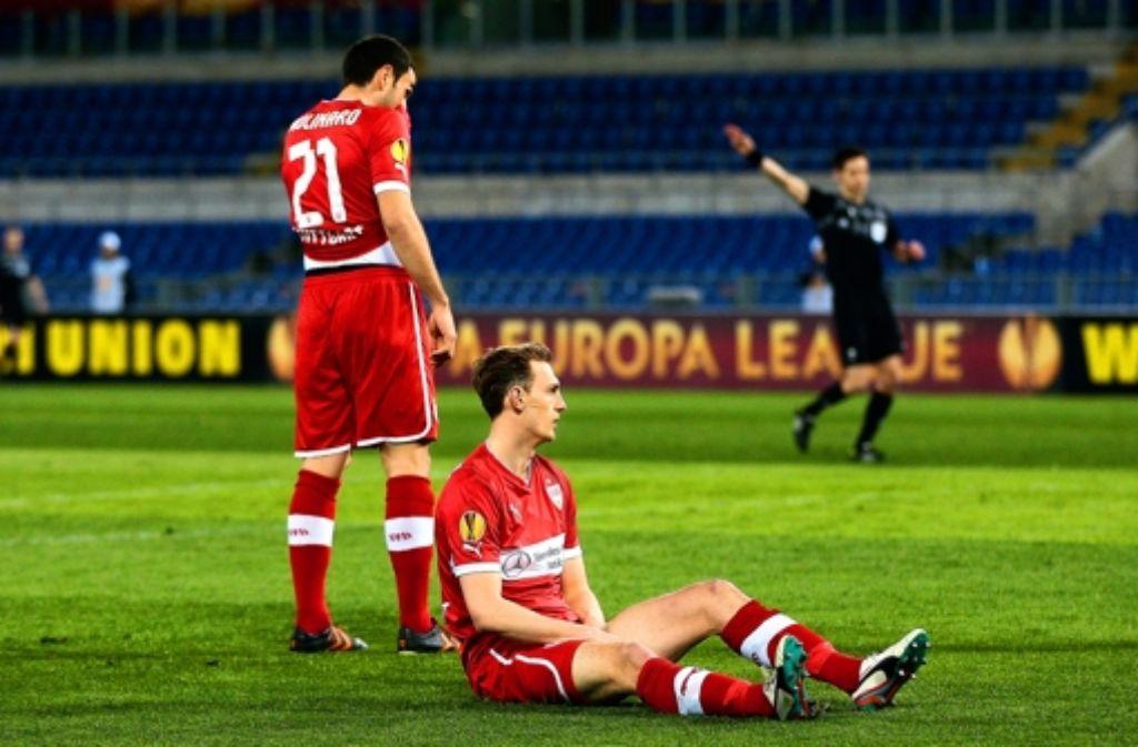 Cristian Molinaro (links) nd Georg Niedermeier haben schon wieder das Nachsehen. Weitere Bilder aus der Partie sehen Sie in der Fotostrecke. Foto: Pressefoto Baumann
