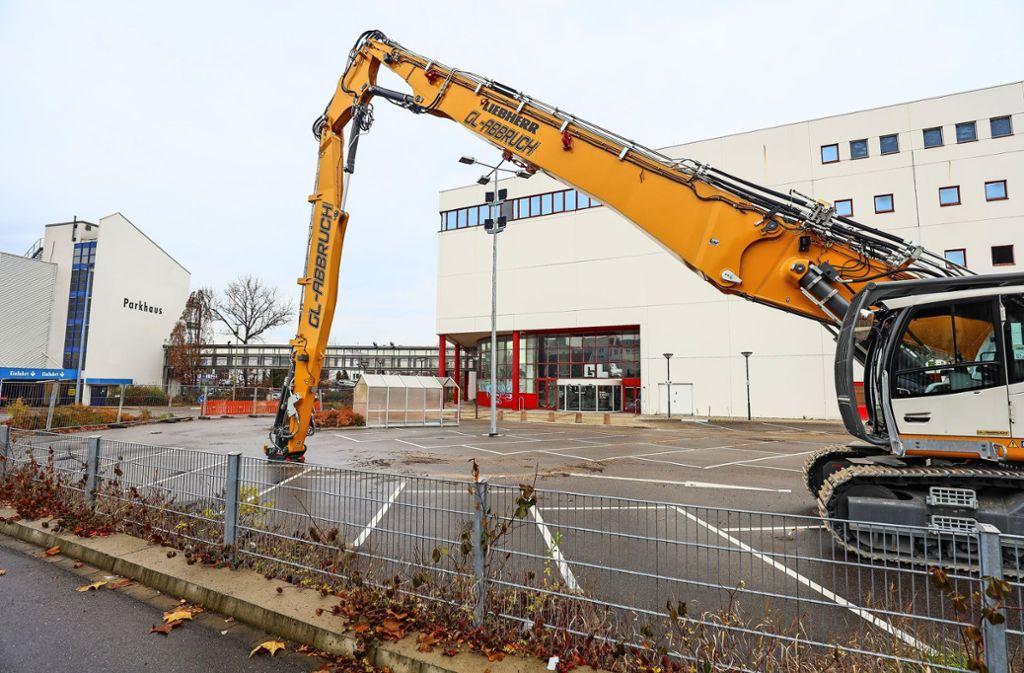 Der Abriss-Bagger steht bereit. Das ehemalige Möbelhaus Hofmeister wird bald abgerissen. Foto: factum/Simon Granville