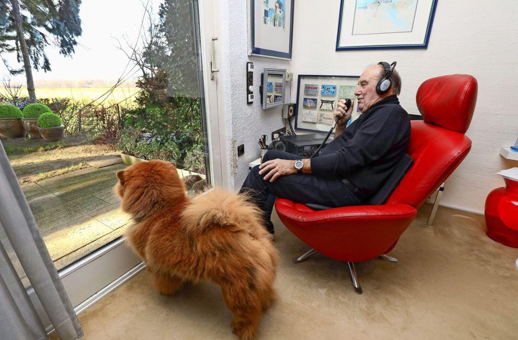 Offene Antennen für das Weite: Bei Wolfgang Peters, hier an seinem Sender-Empfänger, ist das Programm. Foto: factum/Simon Granville