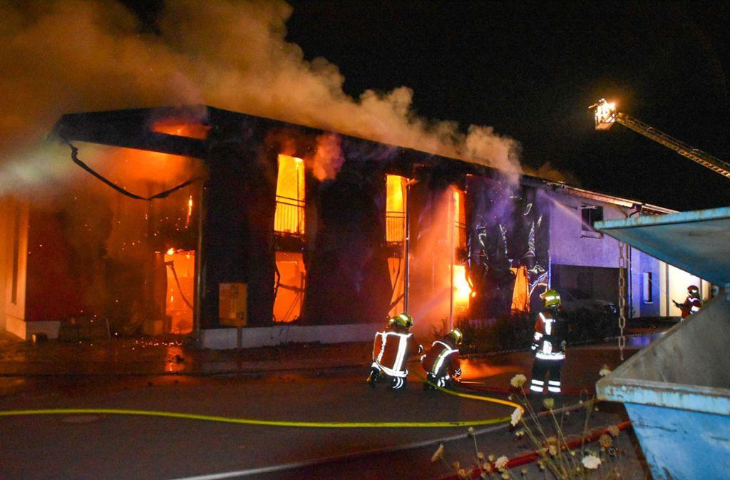 In Rosengarten ist am Freitag ein Firmengebäude in Flammen aufgegangen. Foto: dpa