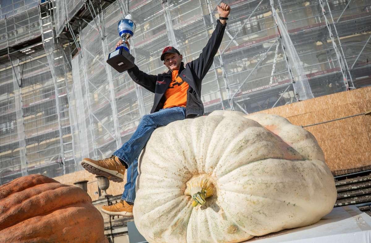 Michael Asam aus Heretshausen in Bayern, sitzt als Sieger der deutschen Meisterschaft im Kürbiswiegen auf seinem 720,5 Kg schweren Gewinnerkürbis. Foto: dpa/Christoph Schmidt